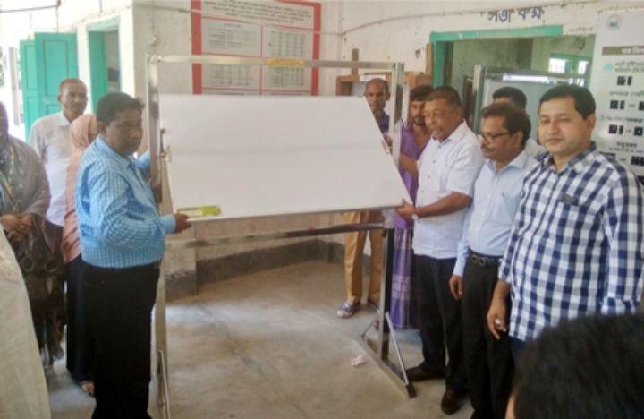 তজুমদ্দিনে প্রাথমিক বিদ্যালয়ে মনিটরিং ও পুশবোর্ড বিতরণ
